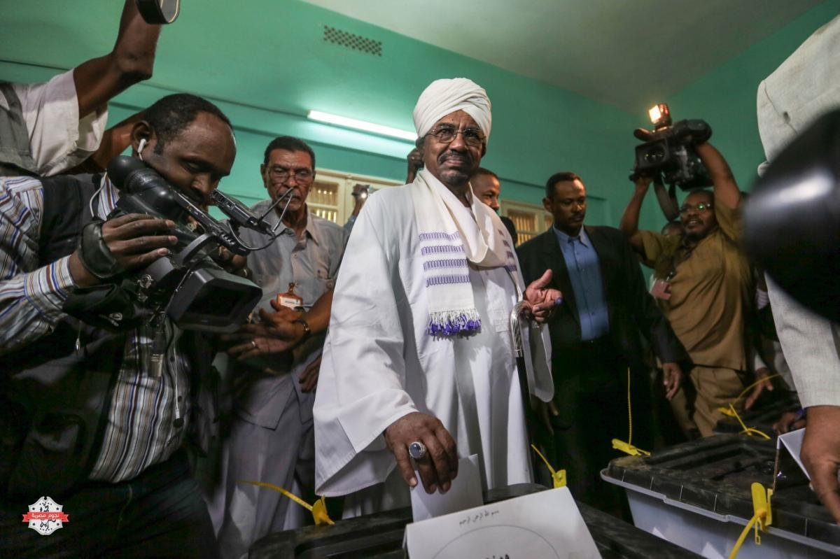 President Omar al-Bashir casts his ballot as he runs for another term، on the first day of the presidential and legislative elections، in Khartoum، Sudan، Monday، April 13، 2015. Sudan began voting Monday in an election expected to be won by al-Bashir، who has ruled Sudan unchallenged for 25 years. (AP Photo/Mosa'ab Elshamy)