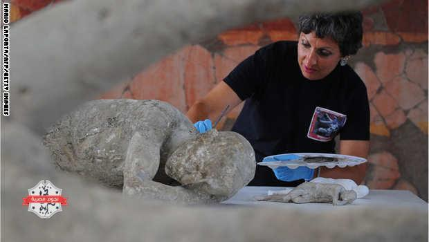 A restorer cleans and analyses a petrified victim of the eruption of Vesuvius volcano in 79 BC، as part of the restoration work and the study of 86 casts in the laboratory of Pompeii Archaeological Site، on May 20، 2015 in Pompeii. AFP PHOTO / MARIO LAPORTA  (Photo credit should read MARIO LAPORTA/AFP/Getty Images)