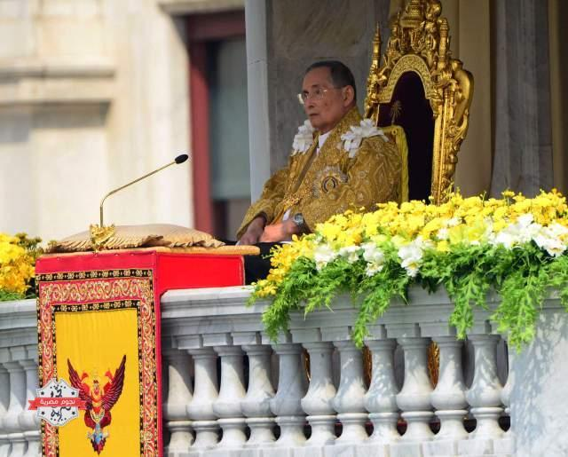 "FILE - In this Dec. 5، 2012 file photo، Thai King Bhumibol Adulyadej appears to address a crowd from the balcony at the Anantha Samakhom Throne Hall in Bangkok، Thailand، during his 85th birthday celebration. Thailand's 87-year-old monarch made a rare public appearance Tuesday، May 5، 2015 to mark the 65th anniversary celebrating his coronation. Thais lined the roads of Bangkok's historic district chanting، ""Long Live the King!"" as the revered King Bhumibol was driven from the hospital، where he has taken up residence، to the Grand Palace. (AP Photo/Sakchai Lalit، File)"