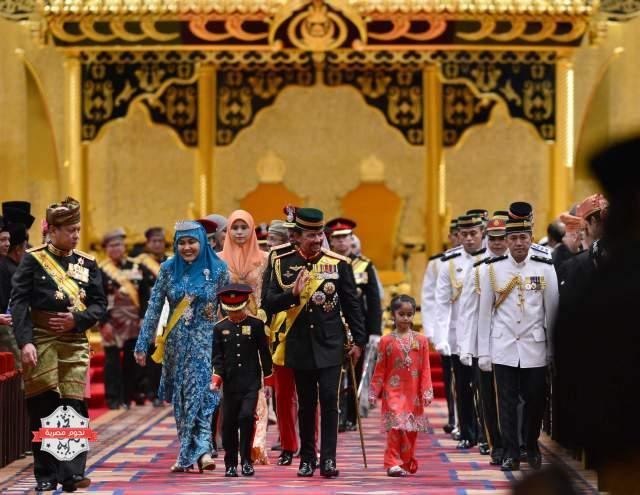 Bruneiís Sultan Hassanal Bolkiah (C) and members of the royal family leave the throne room after his 67th birthday celebrations at Nurul Iman Palace in Bandar Seri Begawan September 15، 2013. Hassanal Bolkiah was born on July 15، 1946. The official birthday celebrations were postponed to September 15 due to the Sultan's birthday falling in the month of Ramadan، according to local media. REUTERS/Ahim Rani (BRUNEI - Tags: ROYALS ANNIVERSARY) - RTX13LU7