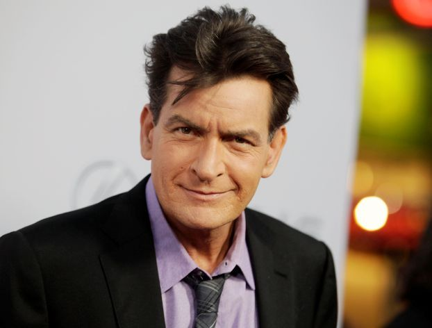 "Cast member Charlie Sheen poses at the premiere of his new film ""Scary Movie 5"" in Hollywood، in this file photo taken April 11، 2013. Sheen is expected to make a 'revealing personal announcement' on the NBC Today Show Tuesday morning in a live interview، according to news reports. REUTERS/Fred Prouser/Files"